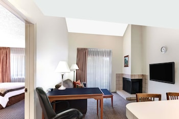 Hawthorn Suites by Wyndham Arlington / DFW South