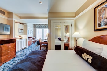 Junior Suite, 1 Queen Bed with Sofa bed