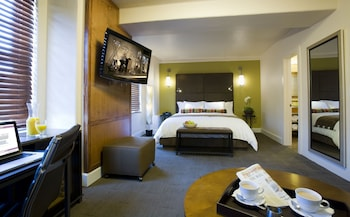 Deluxe Room, 1 King Bed (Sitting Area)