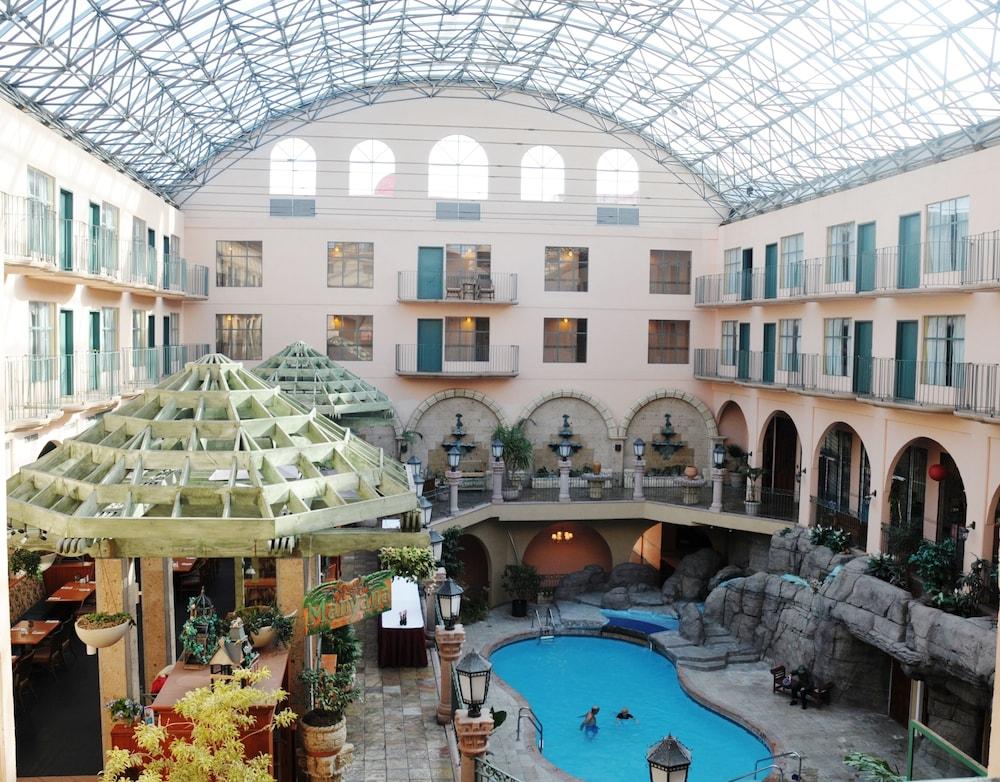 Pacific Inn Resort & Conference Centre