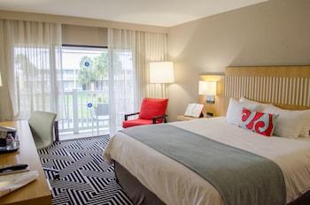 Guestroom at Wyndham Orlando Resort International Drive in Orlando