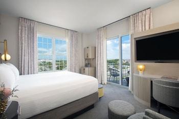 Deluxe Suite, 1 King Bed, Balcony (Deluxe)