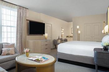 Junior Suite, 1 King Bed (Luxury)