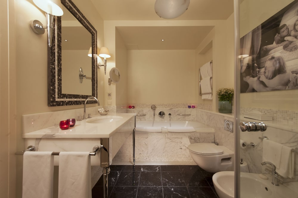 https://i.travelapi.com/hotels/1000000/20000/16800/16790/0d0389ed_z.jpg