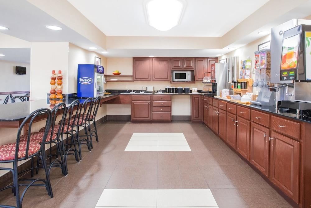 라마다 호텔 & 컨퍼런스 센터 바이 윈덤 엣지우드(Ramada Hotel & Conference Center by Wyndham Edgewood) Hotel Image 19 - Property Amenity