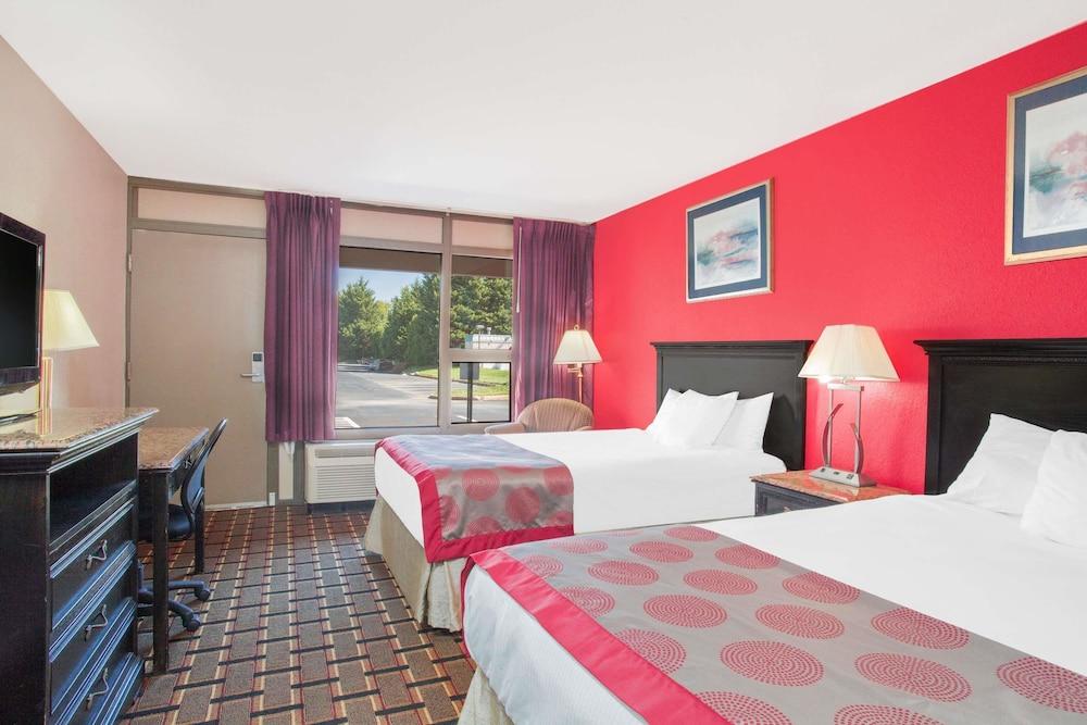 라마다 호텔 & 컨퍼런스 센터 바이 윈덤 엣지우드(Ramada Hotel & Conference Center by Wyndham Edgewood) Hotel Image 13 - Guestroom