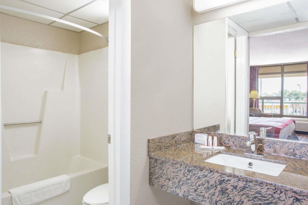 라마다 호텔 & 컨퍼런스 센터 바이 윈덤 엣지우드(Ramada Hotel & Conference Center by Wyndham Edgewood) Hotel Image 11 - Bathroom