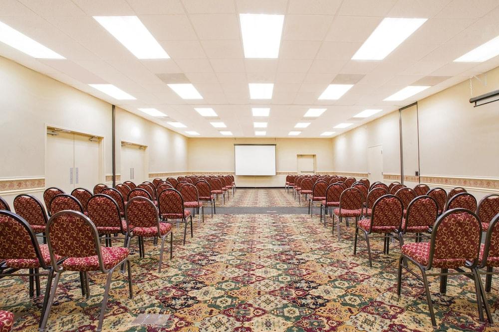 라마다 호텔 & 컨퍼런스 센터 바이 윈덤 엣지우드(Ramada Hotel & Conference Center by Wyndham Edgewood) Hotel Image 21 - Meeting Facility