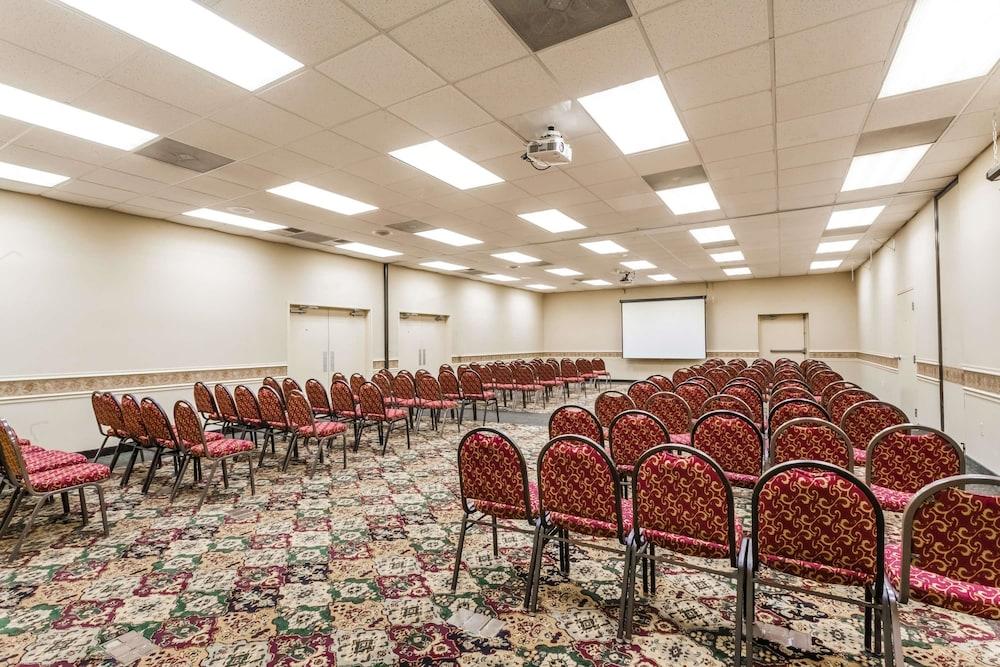 라마다 호텔 & 컨퍼런스 센터 바이 윈덤 엣지우드(Ramada Hotel & Conference Center by Wyndham Edgewood) Hotel Image 22 - Meeting Facility