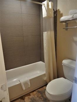 Days Inn by Wyndham San Antonio Interstate Hwy 35 North - Bathroom  - #0