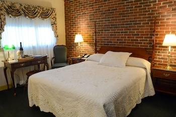 Standard Room, 1 Queen Bed, Second Floor, Above Lounge