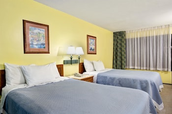 Guestroom at Days Inn & Suites by Wyndham Davenport in Davenport