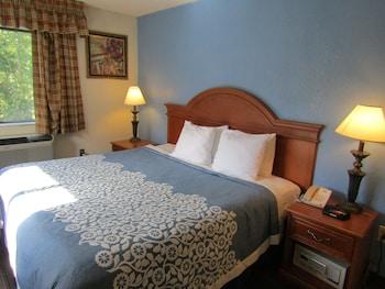 Guestroom at Days Inn by Wyndham Runnemede Philadelphia Area in Runnemede