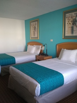 Guestroom at Howard Johnson by Wyndham Virginia Beach in Virginia Beach