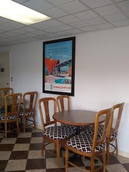 Lobby Sitting Area at Howard Johnson by Wyndham Virginia Beach in Virginia Beach