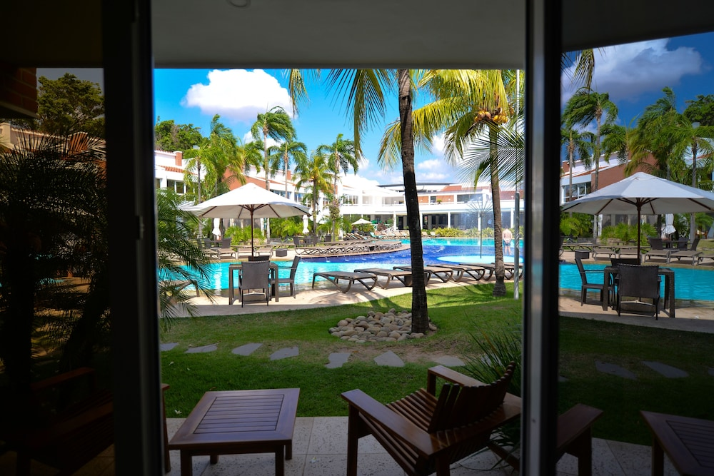 https://i.travelapi.com/hotels/1000000/20000/18800/18758/04b36872_z.jpg