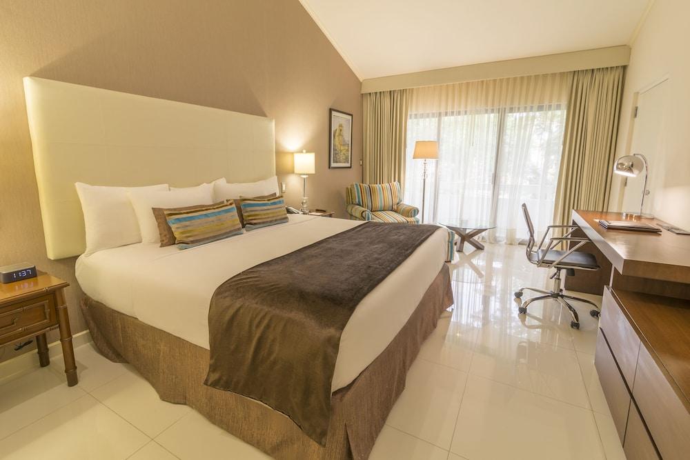 https://i.travelapi.com/hotels/1000000/20000/18800/18758/055ff752_z.jpg