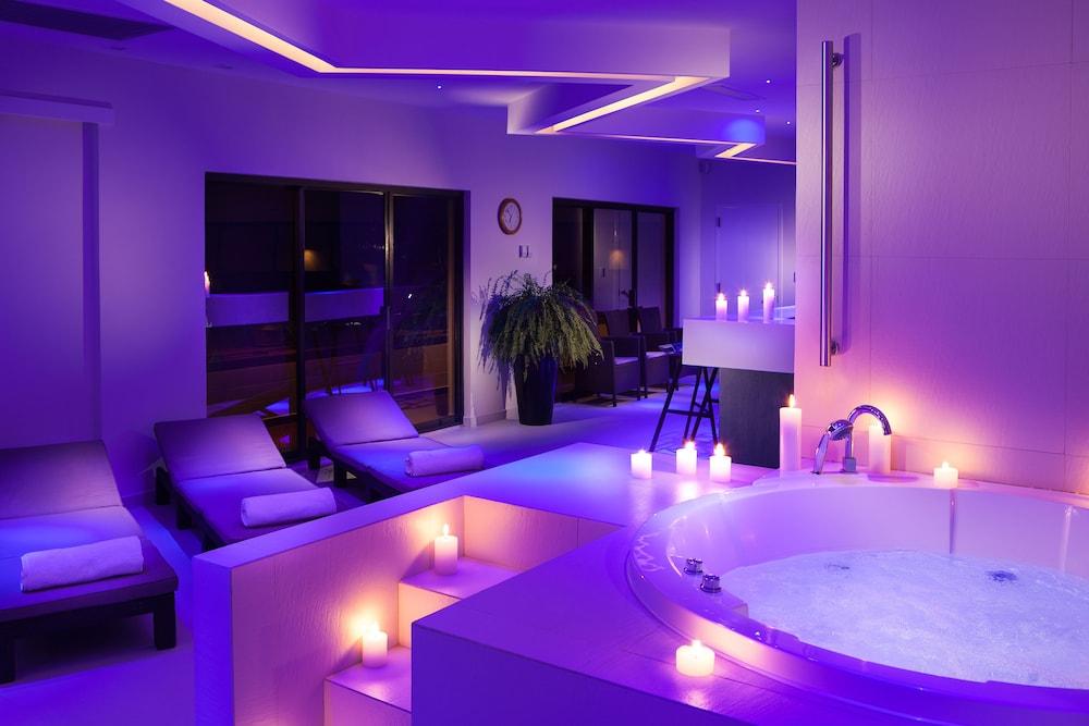 https://i.travelapi.com/hotels/1000000/20000/18800/18758/7b0ee5b0_z.jpg