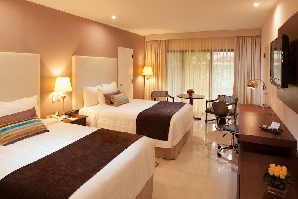 https://i.travelapi.com/hotels/1000000/20000/18800/18758/84db41f4_z.jpg