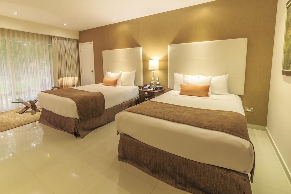 https://i.travelapi.com/hotels/1000000/20000/18800/18758/a66ae918_z.jpg