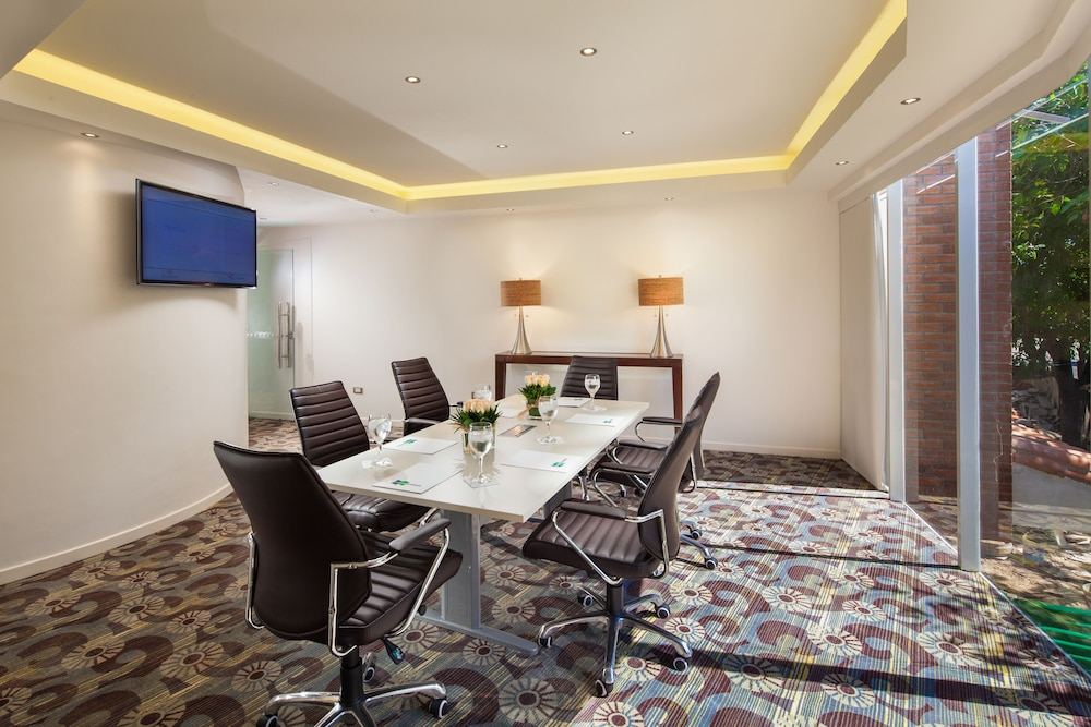 https://i.travelapi.com/hotels/1000000/20000/18800/18758/f013da3e_z.jpg