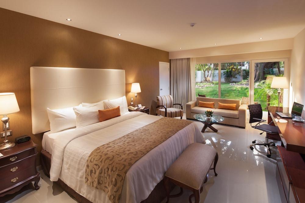 https://i.travelapi.com/hotels/1000000/20000/18800/18758/fa342013_z.jpg