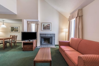 Guestroom at Hawthorn Suites By Wyndham Fort Worth/Medical Center in Fort Worth