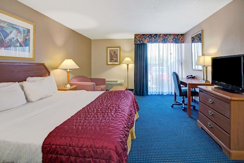 Baymont Inn and Suites Florida Mall image 15