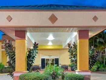 Exterior at Baymont by Wyndham Florida Mall in Orlando