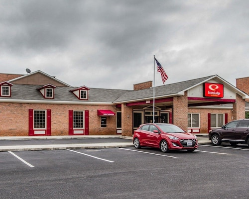 . Econo Lodge Inn & Suites