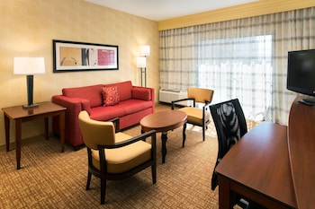 Living Area at Courtyard by Marriott Phoenix Airport in Phoenix