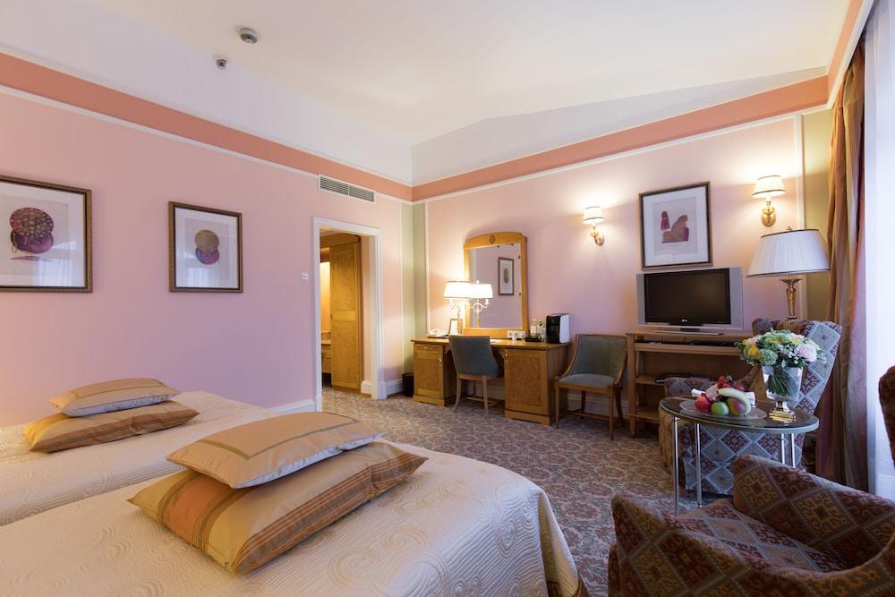 https://i.travelapi.com/hotels/1000000/20000/20000/19960/217ab65a_z.jpg