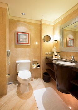 Shangri-La Mactan Bathroom