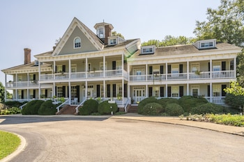 The Waterfront Historic Kent Manor Inn photo