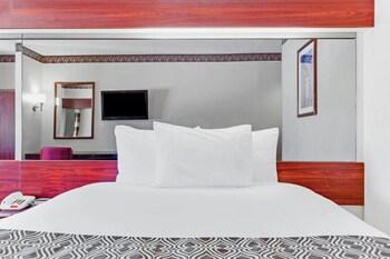 Guestroom at Microtel Inn & Suites by Wyndham Pooler/Savannah in Pooler