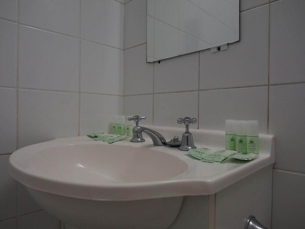 시티 크라운 모텔(City Crown Motel) Hotel Image 18 - Bathroom