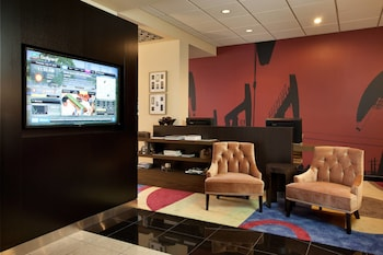Lobby Sitting Area at Courtyard by Marriott Fort Worth Downtown/Blackstone in Fort Worth