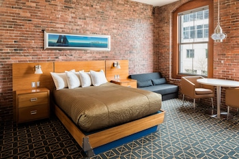 Classic City Room with One Queen Bed