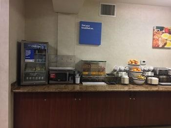 Comfort Inn and Suites Portland Airport - Breakfast Area  - #0
