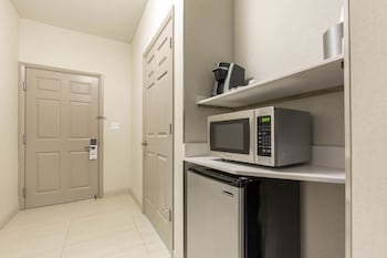 Suite, 1 King Bed, Accessible (Comm, Mobil Tub)