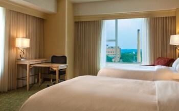 Guestroom at Kingsgate Marriott Conference Center at the U of Cincinnati in Cincinnati