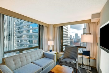 Suite, 1 King Bed with Sofa bed, Accessible, City View (Hearing)