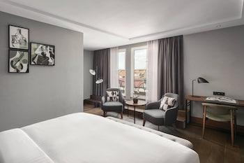 Club Room, 1 King Bed, Non Smoking, Balcony