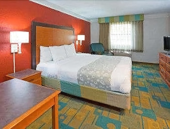 Days Inn & Suites by Wyndham Schaumburg - Guestroom  - #0