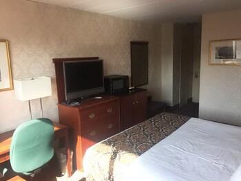 Guestroom at Airway Inn at LaGuardia in East Elmhurst