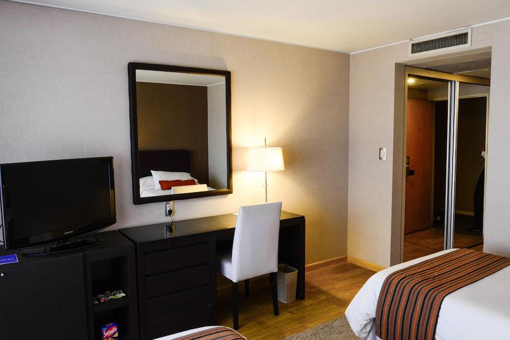 https://i.travelapi.com/hotels/1000000/30000/20500/20496/08cf97b5_z.jpg