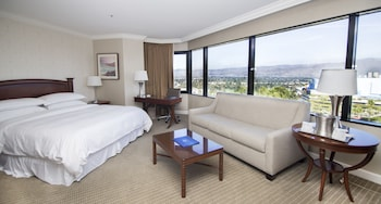 Executive Room, 1 King Bed with Sofa bed, Corner (Universal View)