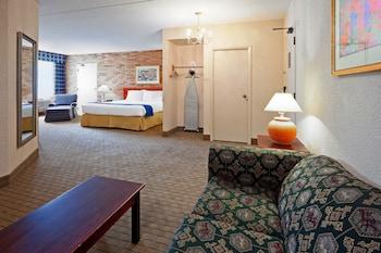 Suite, 1 King Bed, Non Smoking (Seating Area)