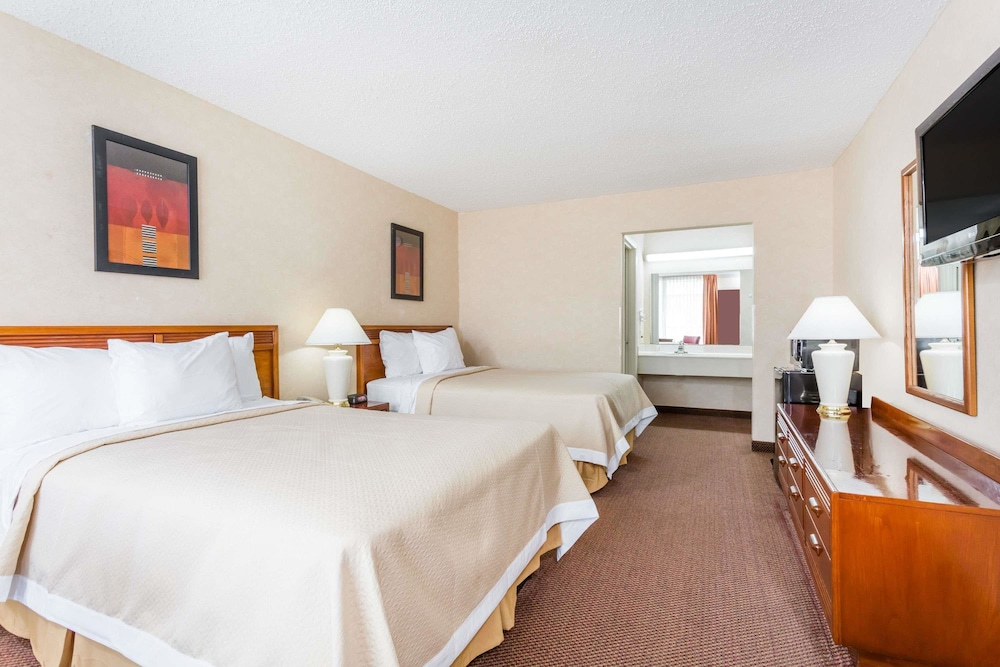 Room : Double Room, 2 Double Beds, Smoking 9 of 45