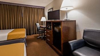 Standard Room, 2 Queen Beds, Microwave, Pool View